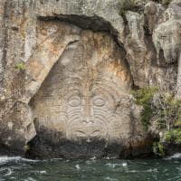 Arte maori talhada em pedra, em Taupo