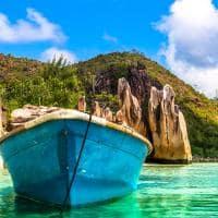 Barco em praia de Seychelles