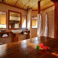 Banheiro do bangalô sobre as águas
