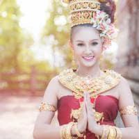 Mulher tailandesa com trajes tradicionais